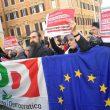 """Manovra, Pd in piazza davanti alla Camera. """"Salvini-Di Maio autisti ubriachi"""" 11"""