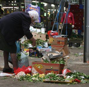 Reddito di cittadinanza, truffa elettorale. Farà dei poveri dei consumatori senza dignità, mentre i ricchi...Nella foto Ansa: Poveri al mercato