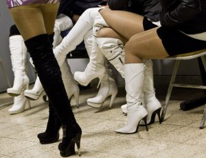 Ancona, prostituzione nei supermercati: così le squillo agganciano i clienti