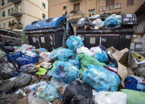 Rifiuti Roma, raggiunto l'accordo per usare l'impianto di Aprilia dopo il rogo al Tmb Salario (foto Ansa)