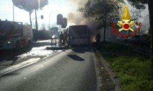 Roma, autobus a fuoco sulla Pontina: conducente Atac si salva uscendo dal finestrino