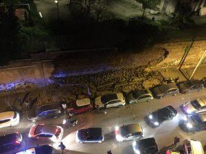 Roma, crolla muro di Villa Mercede a San Lorenzo: 7 auto danneggiate. Poteva essere una strage