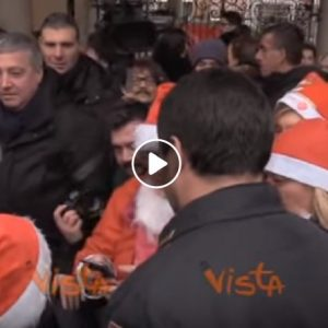 Matteo Salvini assalito dalle Babbo Natale al Pio Albergo Trivulzio
