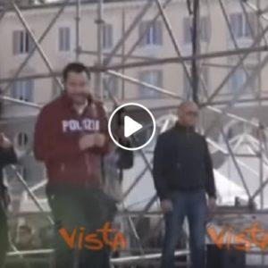 Matteo Salvini con la felpa della Polizia a Piazza del Popolo