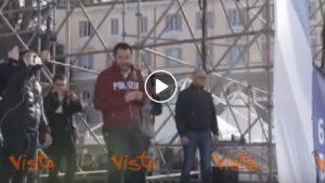 Matteo Salvini con la felpa della Polizia a Piazza del Popolo alla manifestazione della Lega VIDEO