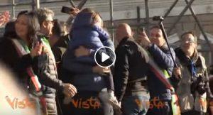Matteo Salvini prende in braccio la figlia sul palco di Piazza del Popolo a Roma
