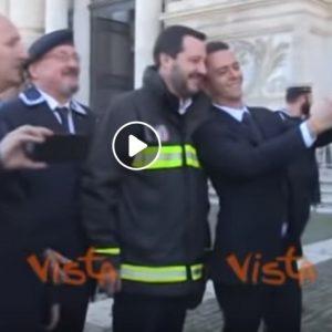 Salvini con la divisa dei Vigili del Fuoco: selfie con pompieri e marinai