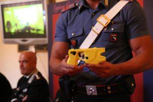 Bologna, minaccia i carabinieri con i coltelli: loro lo fermano col taser