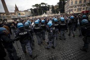 Tifosi Eintracht paralizzano Roma: scontri con polizia e laziali, supermercato saccheggiato e centro storico ridotto a porcile