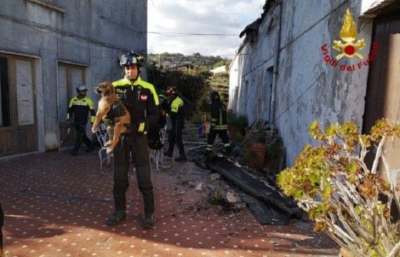 Zafferana Etnea terremoto: vigili del fuoco salvano 3 cuccioli di cane sotto le macerie FOTO