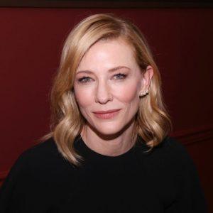 Cate Blanchett, anziana inglese sviene al suo spettacolo: scene violente e troppo esplicite