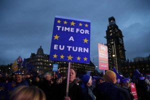 Brexit, salta accordo con Ue. Theresa May non si dimette, verso fiducia
