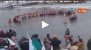 Bulgari festeggiano lo 'Jordanovden' nelle acque gelide del lago bulgaro VIDEO (video Vista)