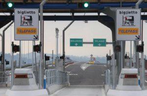 """Di Maio: """"Pedaggio unico in Europa"""". La replica di Autostrade: """"Le tariffe in Italia sono in media le più basse d'Europa"""" (foto d'archivio Ansa)"""