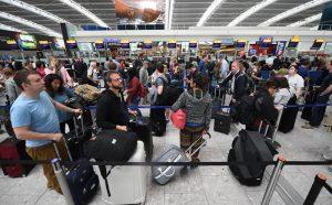 Heathrow, tutti i voli cancellati in aeroporto Londra per avvistamento drone