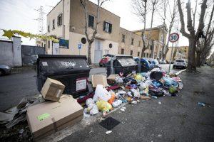 Roma. Decine di carte d'identità nell'immondizia a Cinecittà: il Municipio si sbarazza delle vecchie così?