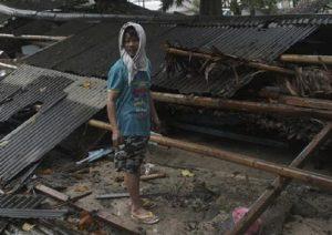 Indonesia, la moda (economica) per sballarsi: bollire gli assorbenti usati e bere l'acqua contaminata (foto d'archivio Ansa)