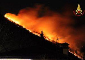 Varese, brucia il Monte Martica: distrutti dalle fiamme 100 ettari di bosco