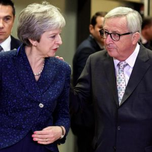 "Brexit, Juncker gela May: ""L'Ue non ridiscute l'accordo"". Si teme no deal"