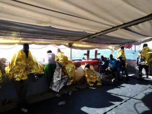 """Migranti: altro barcone alla deriva nel Mediterraneo con 100 persone. Sos a bordo: """"Stiamo congelando"""""""