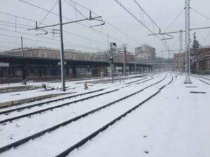 Meteo: neve, vento e gelo. Treni regionali ridotti del 30%: le linee interessate