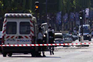Parigi, esplosione in una boulangerie nel quartiere dell'Opera: palazzo in fiamme, ci sono feriti