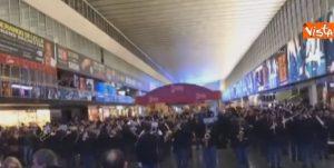 Polizia di Stato suona per i viaggiatori nella stazione Termini a Roma
