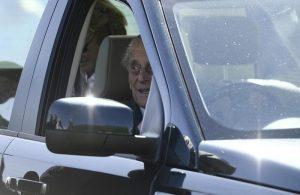 Principe Filippo di nuovo alla guida di un'auto dopo l'incidente...senza cintura di sicurezza