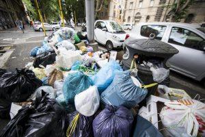 Rifiuti Roma, presidi alla Raggi: Non possiamo riaprire le scuole