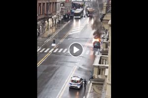 Roma: un'auto prende fuoco in via del Tritone VIDEO