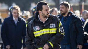 """Saviano contro Salvini per l'uso delle divise. Il ministro: """"Non sa più cosa inventarsi"""""""