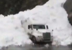 Russia, valanga di neve travolge il tir: salvo il conducente