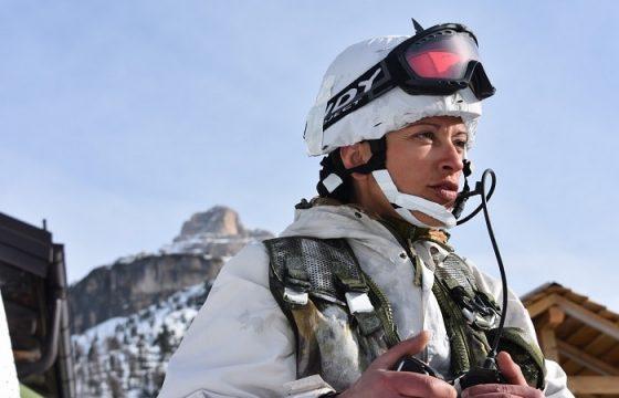 gli alpini si esercitano in montagna