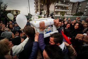 Cardito, lacrime e rabbia ai funerali del bimbo ucciso
