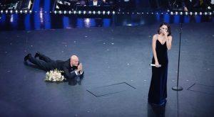 """Sanremo 2019, Claudio Bisio interrompe l'esibizione: Anna Tatangelo lo """"stende"""""""