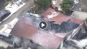 California, aereo da turismo precipita su una casa a Yorba Linda: 5 morti