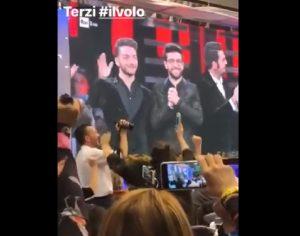 """Sanremo 2019, Il Volo al terzo posto. I giornalisti esultano. Una donna: """"Merd..."""" VIDEO"""