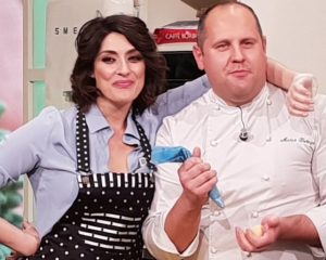 La Prova del cuoco, Elisa Isoardi si taglia in diretta e chiama il medico