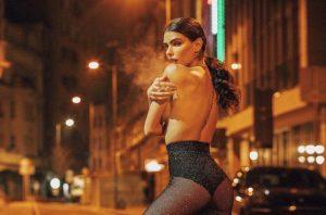 Jovana Djordjevic mezza nu*a su Instagram: shooting alle 3 di notte a -6 per mostrare lato b