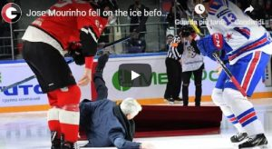 YOUTUBE Mourinho lancia il disco tra i giocatori di hockey e poi... crolla a terra