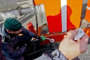 Napoli, aria al posto della benzina: 2 distributori sotto sequestro, Finanza scova telecomando