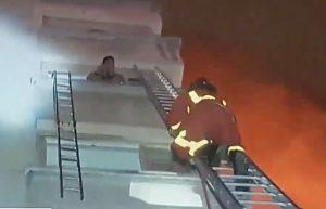Parigi, violento incendio in un condominio: 8 morti, 32 feriti VIDEO