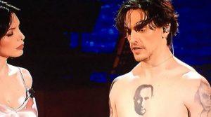 Adrian, il ballerino Sergei Polunin con la faccia di Putin tatuata sul petto
