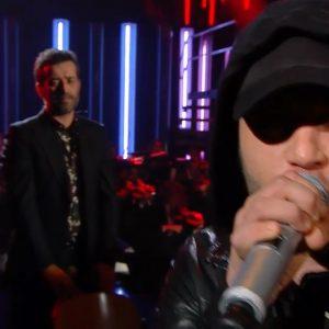"""Rancore mentre canta """"Argento Vivo"""" durante la prima serata del Festival di Sanremo"""