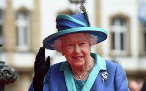 Regina Elisabetta cacciata dalla sua camera da letto dalle...domestiche