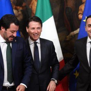 Sardegna, lezione per la Lega. M5s abbraccio mortale, gli italiani chiedono solo una cosa. Nella foto Salvini con Conte e DI Maio: un abbraccio mortale