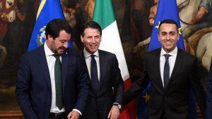 Lega, abbraccio mortale a 5 stelle. Sondaggio allarme: sempre prima, ma crollo in 2 mesi. Nella foto, il leader della Lega Matteo Salvini, a sin., con il premier Giuseppe Conte e Luigi Di Maio del M5s