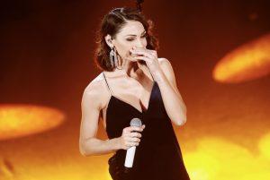 Sanremo 2019, Anna Tatangelo look da Jessica Rabbit. Poi si commuove