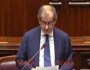 """Giovanni Tria a Renato Brunetta: """"Stai zitto"""". E Roberto Fico lo rimprovera VIDEO"""
