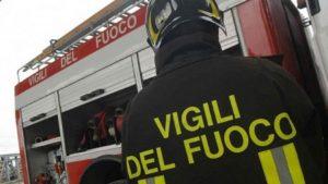 Catania, incendio in palazzo: famiglia bloccata, arrivano i vigili del fuoco